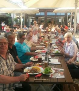 gemeinsames Essen in den Brauwiesn