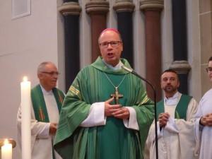 Bischof Stephan eröffnet die Hl. Messe