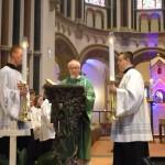 Diakon Malm trägt das Evangelium vor